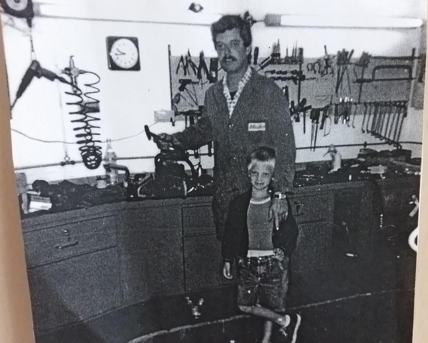 Firmengründer Hans Werth mit seinem Sohn Tobias 1985 in der Werkstatt