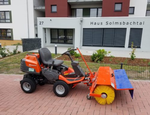 """Übergabe eines neuen Husqvarna Frontmäher Rider R 418Ts AWD an das Seniorenzentrum """"Haus Solmsbachtal"""""""
