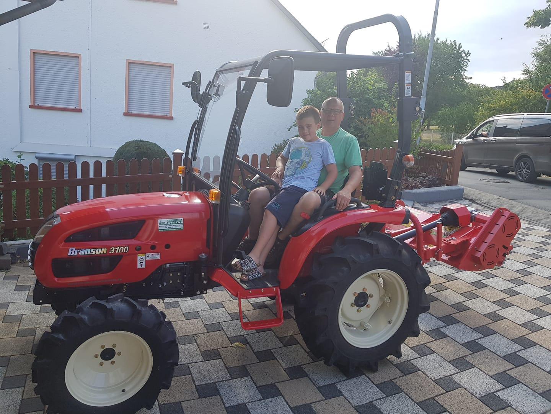 Branson Traktor Kompakttraktor 3100 mit Schlegelmäher Kundenübergabe