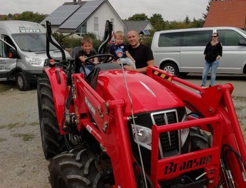 Kundenübergabe eines neuen Traktor Branson F47 RN mit Frontlader