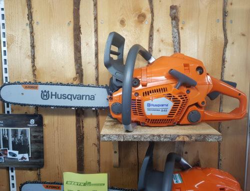 Die Motorsäge Husqvarna 545 ist unser Alleskönner. Günstiger Preis und große Leistung. Egal ob Hobby oder Profi. Der Kauf beim Fachhändler lohnt sich immer